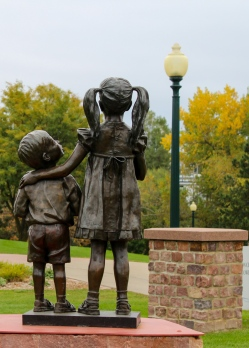 02 sioux falls park boy girl statue