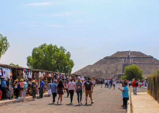 05 teotihuacan pyramid of the sun + vendors