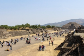 11 teotihuacan pyramid of the moon + crowd