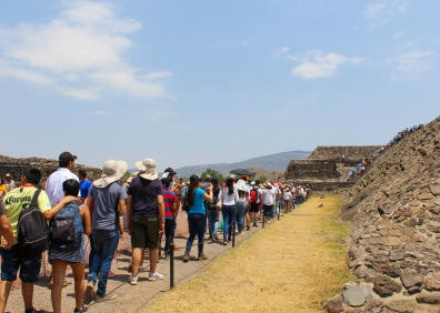 18 teotihuacan pyramid of the sun crowd
