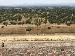 19 teotihuacan pyramid of the sun crowd